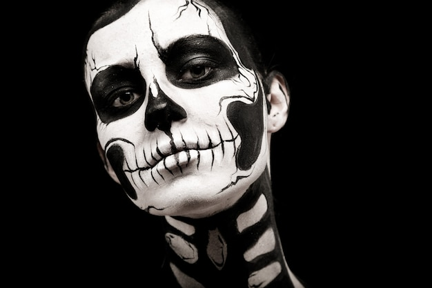 Jolie femme avec tatouage squelette