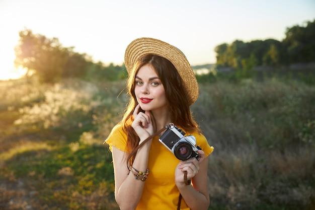 Jolie femme tenant un appareil photo