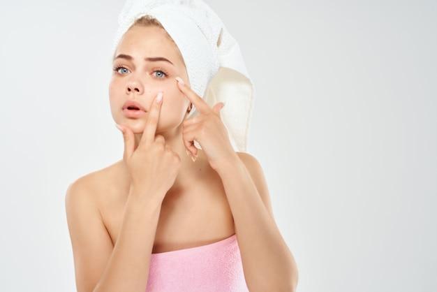 Jolie femme tenant le gros plan de dermatologie de soins de la peau du visage. photo de haute qualité