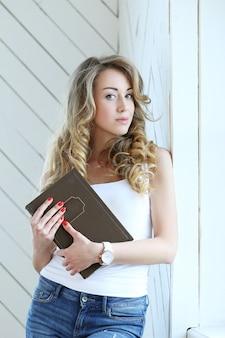 Jolie femme tenant un livre