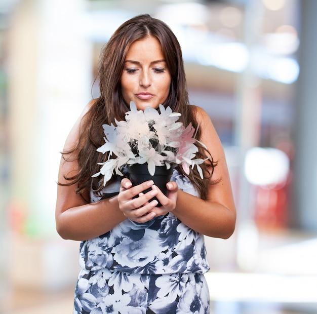 Jolie femme tenant une plante étrange