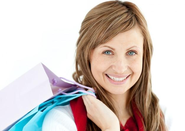 Jolie femme tenant des sacs à provisions