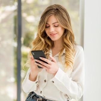 Jolie femme tenant le téléphone