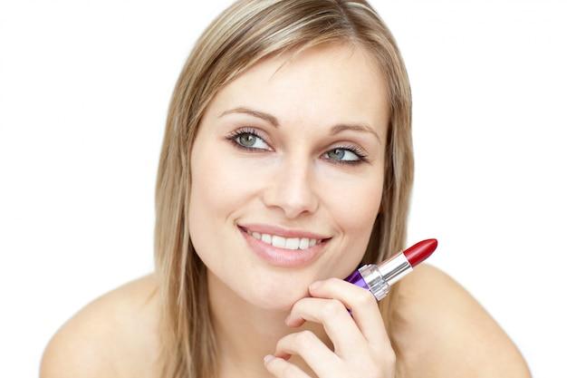 Jolie femme tenue rouge à lèvres
