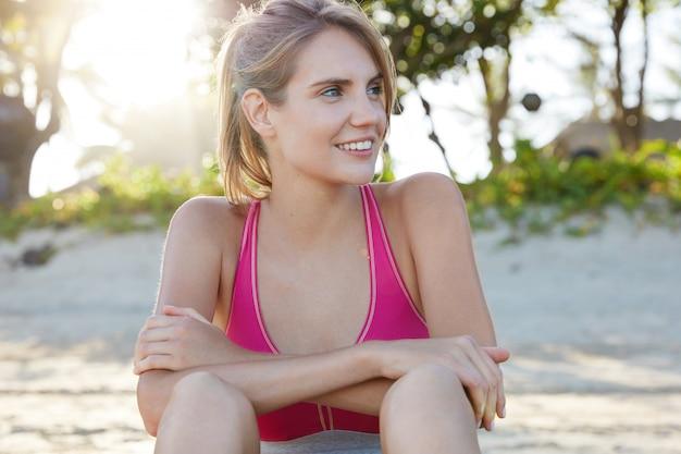 Jolie femme en tenue de sport sur la plage