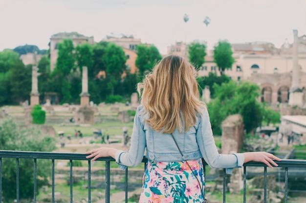 Jolie femme touriste sur les ruines du forum romain à rome, italie