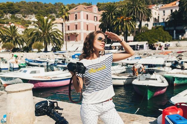 Jolie Femme En Vacances En Europe Au Bord De La Mer Lors D'une Croisière à Prendre Des Photos à La Caméra Photo gratuit
