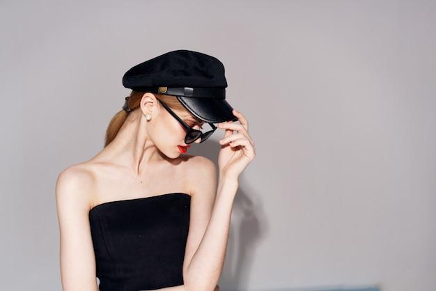 Jolie femme vêtements à la mode lunettes noires robe de soirée lèvres rouges. photo de haute qualité