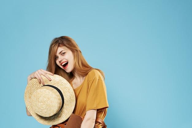 Jolie femme vêtements de mode de style élégant fond bleu de cosmétiques studio. photo de haute qualité