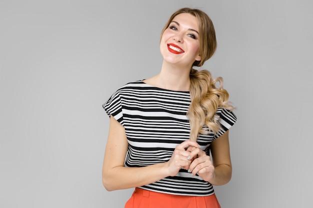 Jolie femme en vêtements à la mode