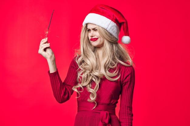 Jolie femme en vêtements de nouvel an cierges magiques vacances de noël