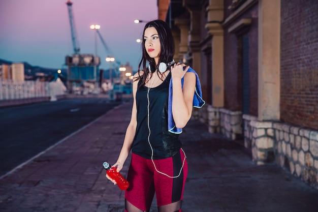 Jolie femme en vêtements de sport dans la rue