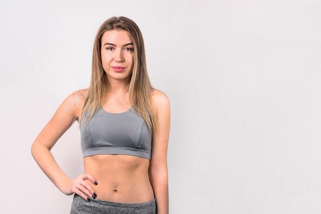 Jolie femme en vêtements de sport