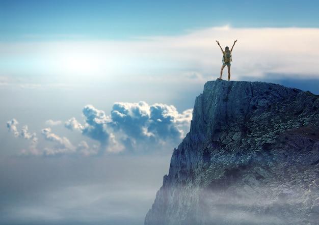 Jolie femme voyageuse avec sac à dos se tient au sommet de la montagne