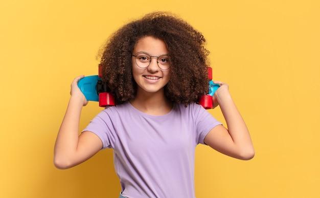 Jolie fille adolescente afro avec une planche à roulettes