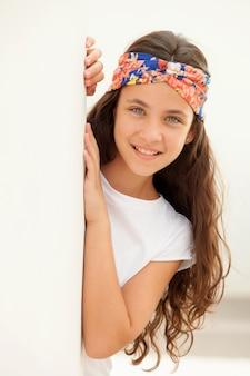 Jolie fille adolescente avec un bandeau fleuri
