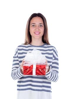 Jolie fille adolescente avec un cadeau rouge