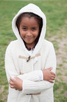 Jolie fille africaine avec des vêtements d'hiver