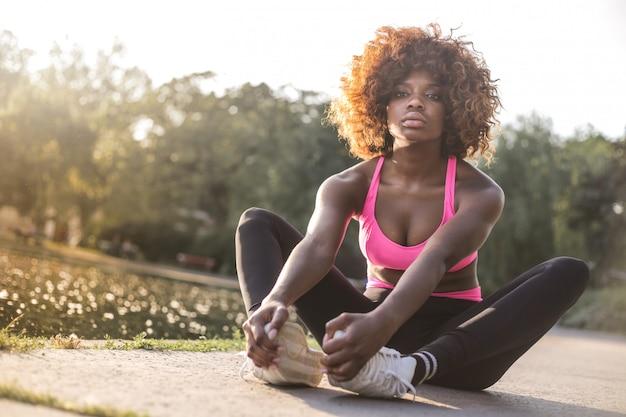 Jolie fille afro dans une tenue de sport