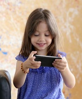 Jolie fille à l'aide de smartphone