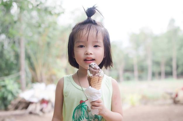Jolie fille aime manger une glace au chocolat fondante
