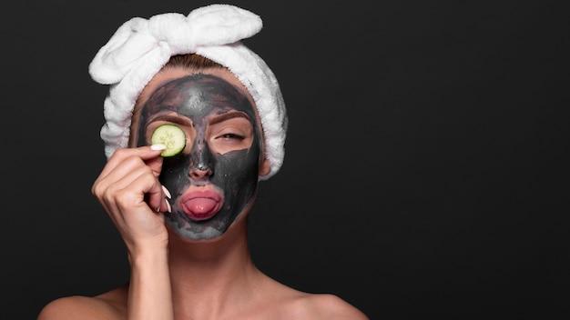 Jolie fille en appréciant les produits de soin de la peau