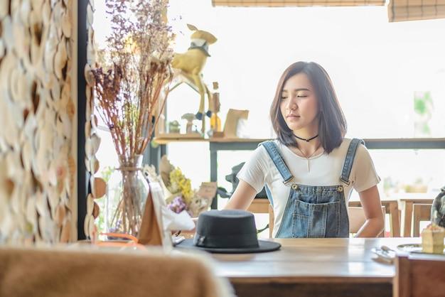 Jolie fille asiatique au café café