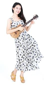 Jolie fille asiatique jouant du ukulélé