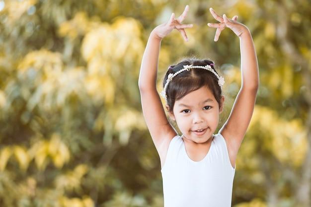 Jolie fille asiatique pratique un ballet et rêve de devenir ballerine