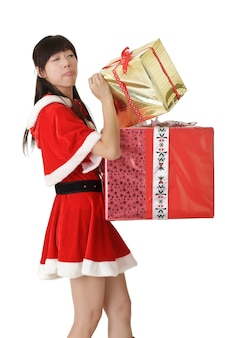 Jolie fille asiatique en vêtements de père noël à la recherche de cadeau de noël.