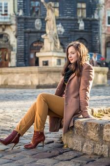 Jolie fille assise sur un rocher