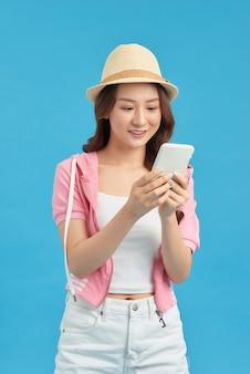 Jolie fille ayant un téléphone intelligent dans les mains, vérifiant ses e-mails, utilisant internet 5g, tapant des sms