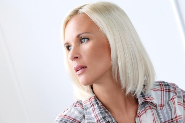 Jolie fille blonde aux yeux bleus