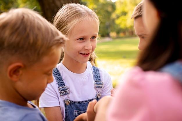 Jolie fille blonde parlant avec des amis