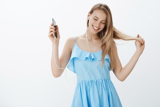 Jolie fille blonde en robe bleue élégante