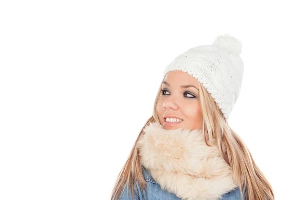 Jolie fille blonde avec des vêtements d'hiver manteaux