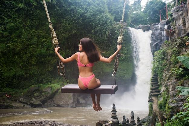Jolie fille à la cascade de tegenungan, bali