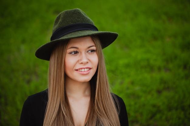 Jolie fille, chapeau
