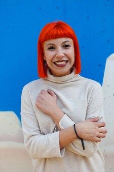 Jolie fille cheveux roux avec le maillot blanc