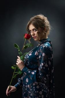 Jolie fille confiante, vêtue d'une robe à la mode bleue avec tenue rose rouge.