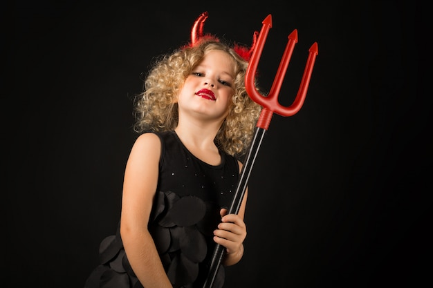 Jolie fille en costume de diable