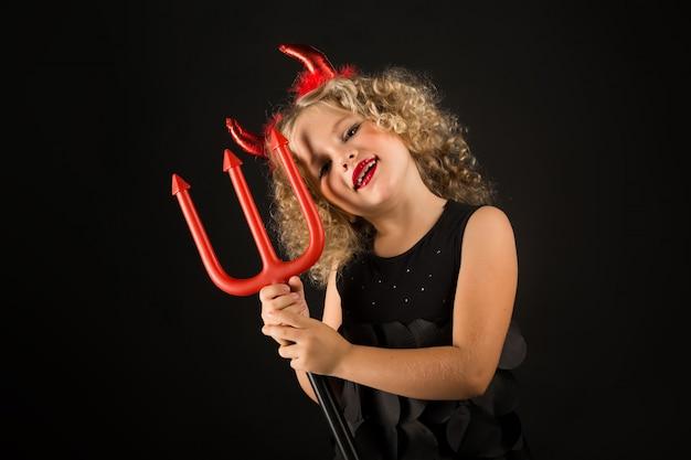 Jolie fille en costume de diables