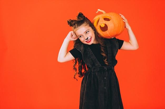 Jolie fille en costume d'halloween en studio