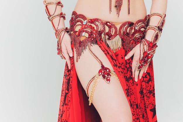 Jolie fille en costume oriental rose dansant la danse du ventre.
