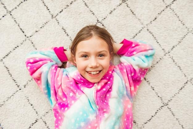 Jolie fille en costume de pyjama rose
