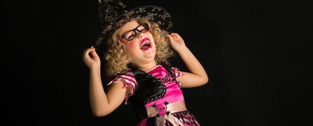 Jolie fille en costume de sorcière halloween