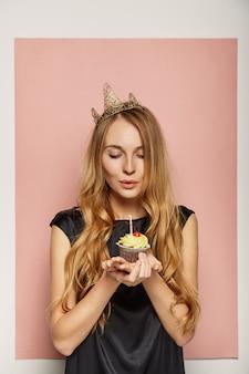 Jolie fille avec une couronne et un cupcake