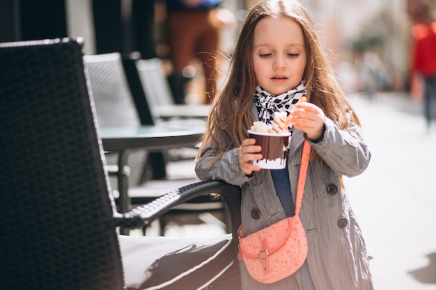 Jolie fille avec de la crème glacée dans la rue