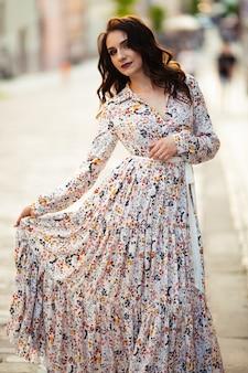 Jolie fille dans une belle robe, cheveux bruns