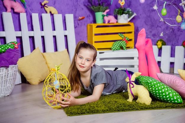 Jolie fille dans la chambre décorée de pâques